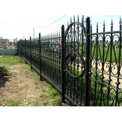 Украшение ворот и заборов элементами выполненными в стиле ковки.